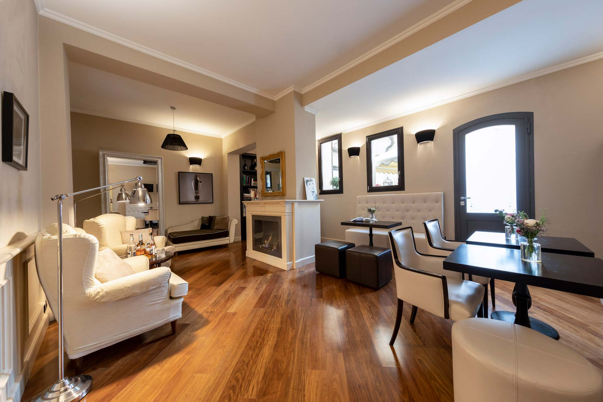Hotel-Touring-in-centro--a-Bologna-Sala-lettura-riunioni-casting